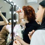 макияж у зеркала