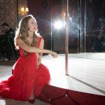 сидя в красном платье
