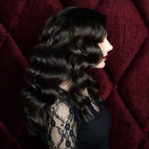 Профиль черных кудрявых волос